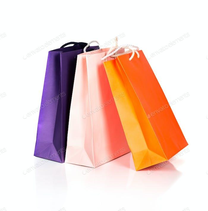 Zwei Papier-Einkaufstaschen auf weiß