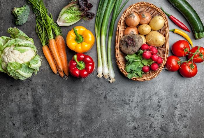 Verduras orgánicas frescas sobre Fondo rústico