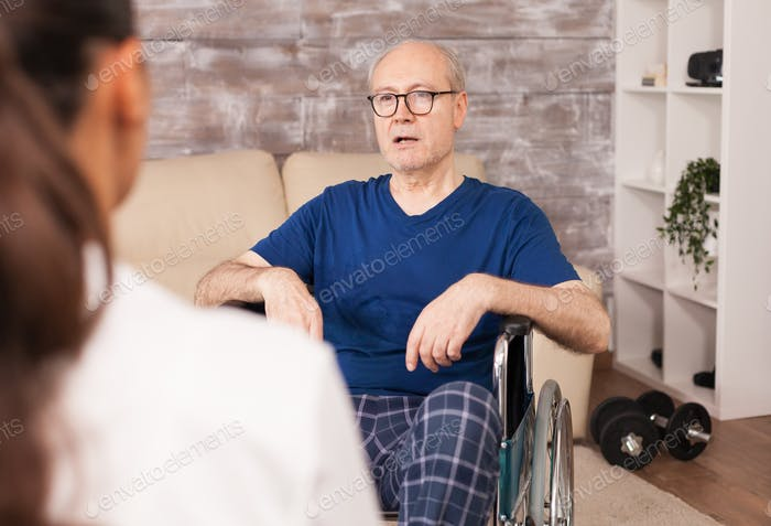 Mann mit Behinderungen zu Hause konsultiert