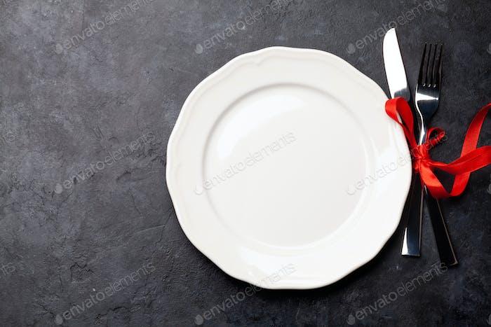 Valentinstag mit Teller und Besteck
