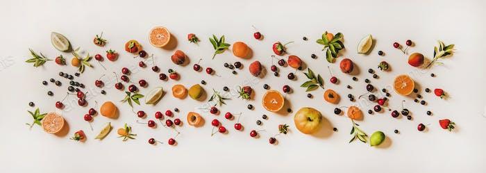 Flache Lay von verschiedenen Sommerfrüchten und Beeren auf weißem Hintergrund