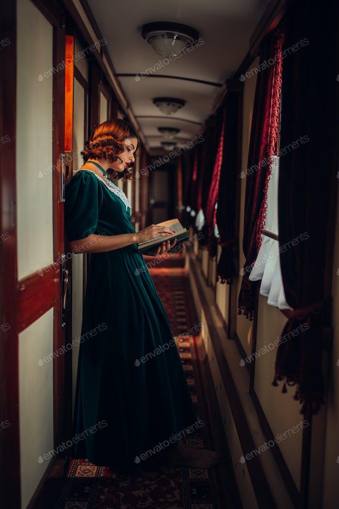 Junge Frau reist, Vintage Zug Fach