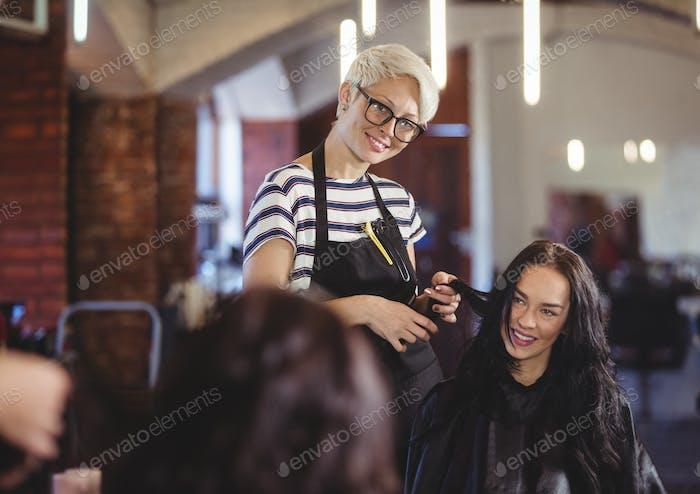 Friseur arbeitet am Kunden
