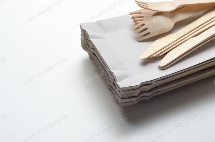 Holz-Einweggeschirr und Pappteller auf weißem Backgroun