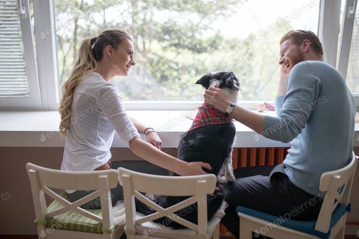 Schöne Paar genießen Begleiter ihres Hundes zu Hause