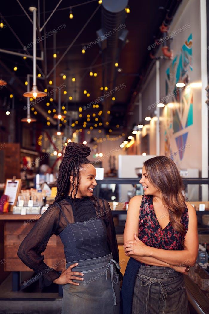 Zwei weibliche Coffeeshop-Besitzer stehen am Verkaufsschalter