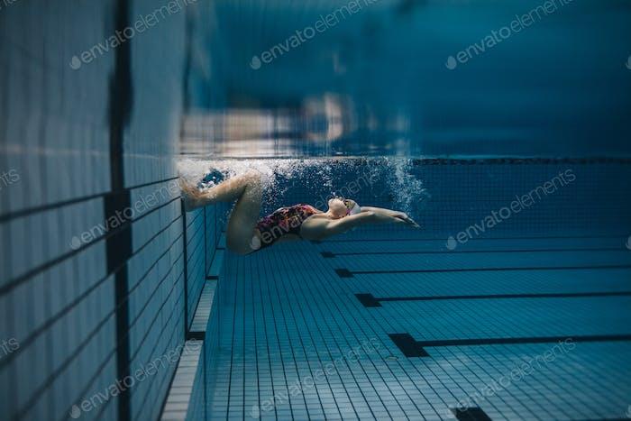 Mujer nadadora en Acción dentro de la piscina