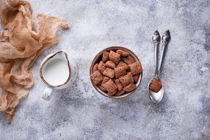 Kakao puffs Cornflakes auf hellem Hintergrund