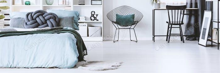 Kissen auf Metallstuhl