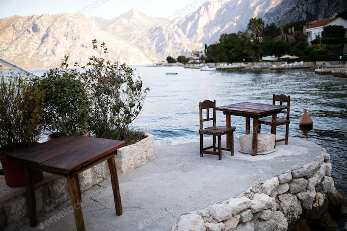 Restaurant am Strand mit Berg im Hintergrund