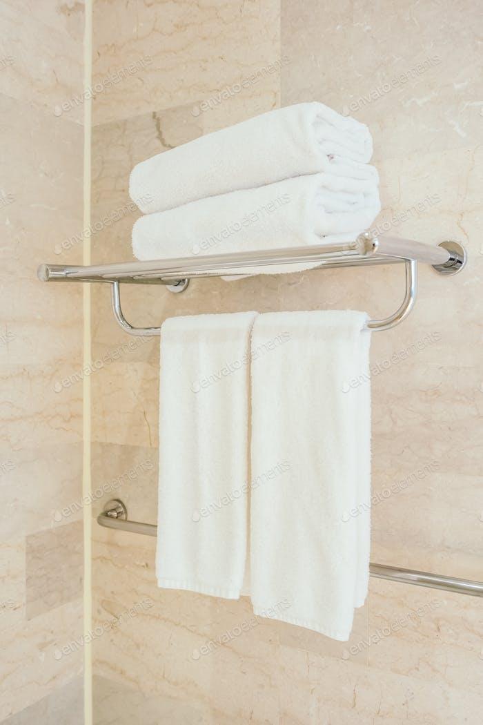 Weißes Handtuch im Badezimmer