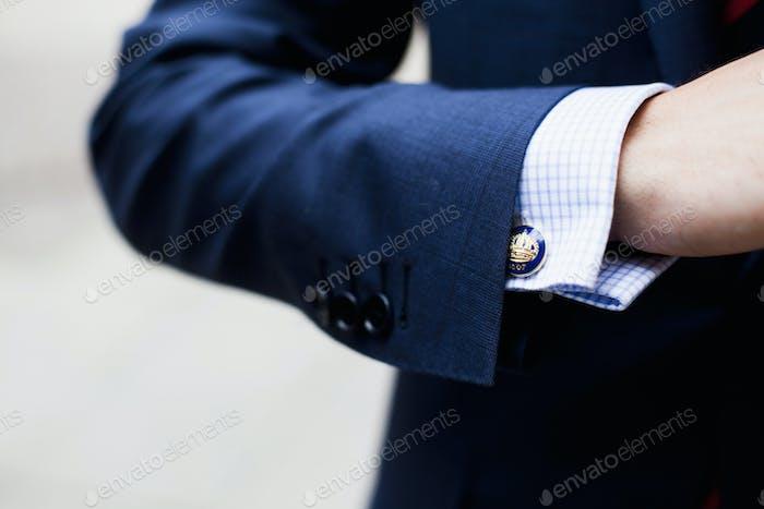Abgeschnittene Bild von Geschäftsmann trägt Manschettenknopf