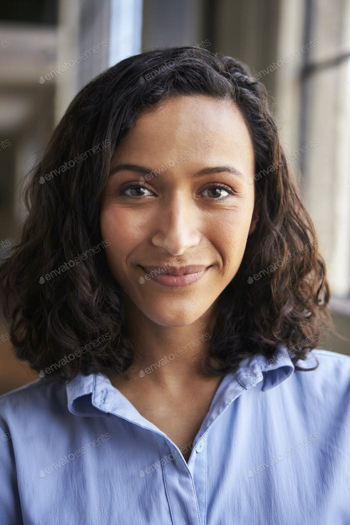 Nahaufnahme Porträt von lächelnden gemischten Rennen Geschäftsfrau