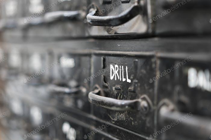 Nahaufnahme von schwarzen Metallschubladen mit Auswahl von Hardware für Metallarbeiten.