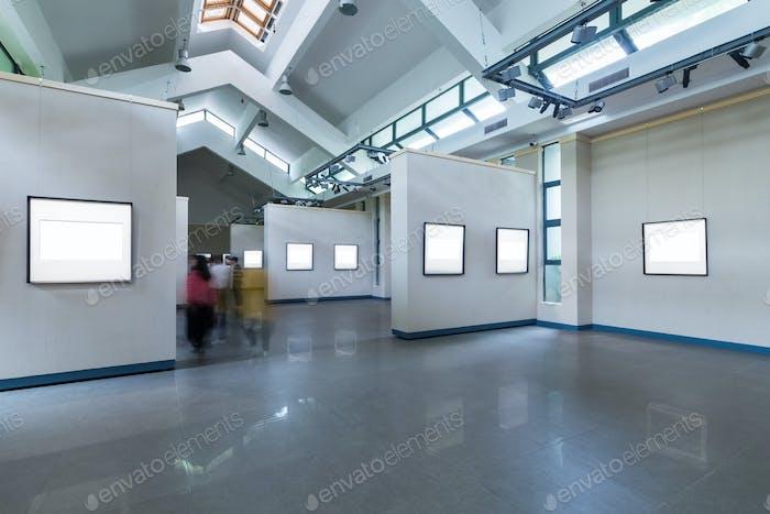leere Rahmen auf Ausstellungsraum