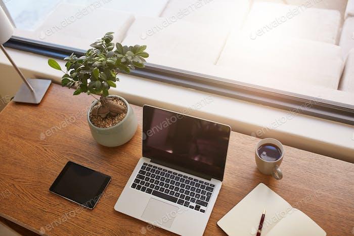 Современный рабочий стол у окна
