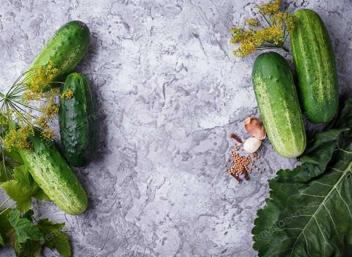 Ingredientes para cocinar pepinos encurtidos