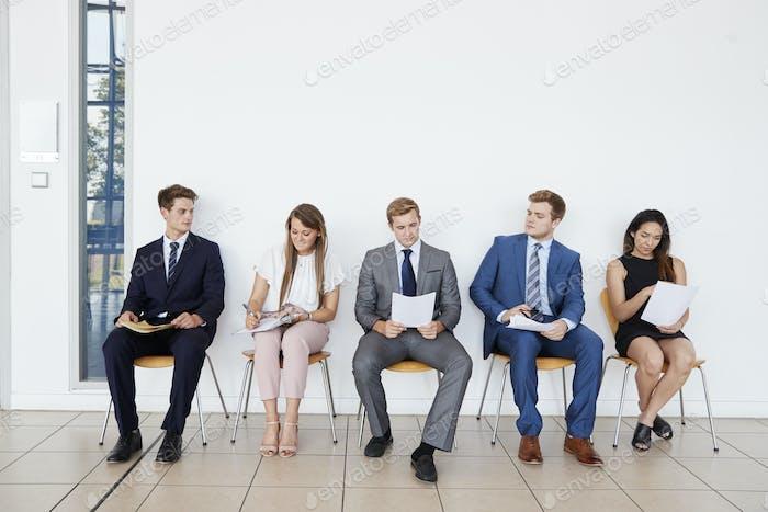 Kandidaten warten auf Vorstellungsgespräche, volle Länge, Front