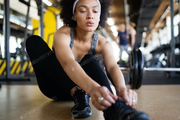 Happy fit African American Fitness Frau im Fitness-Club