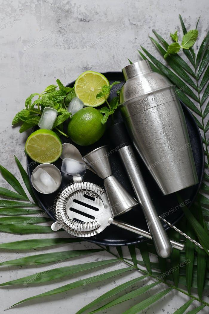 Cocktail-Shaker auf dem Hintergrund
