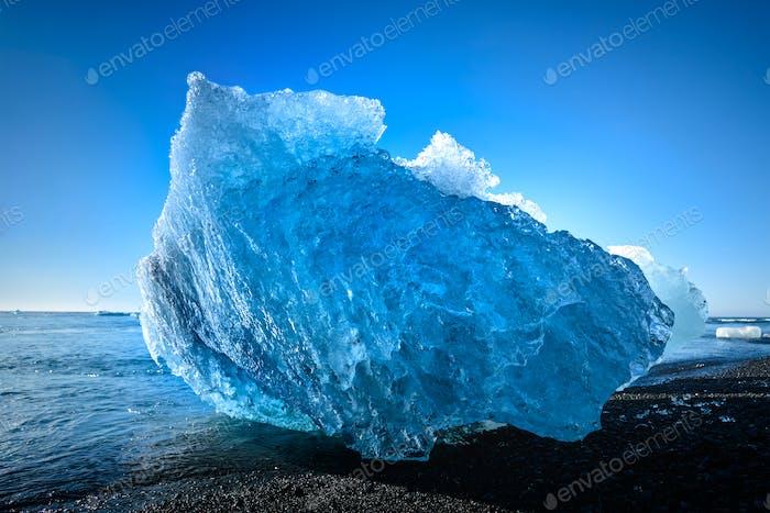 blue iceberg in Jokulsarlon Gletschersee, Südisland