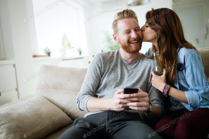 Romantisches junges Paar Ausdruck ihrer Liebe durch küssen