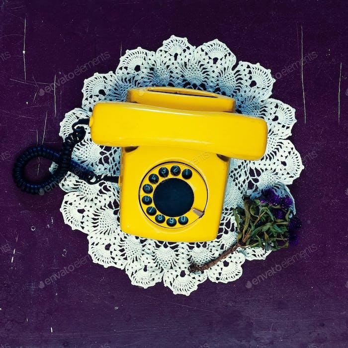 Gelb Vintage Telefon alten Holzhintergrund