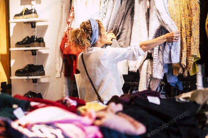 Женщина в магазине одежды и обуви купить