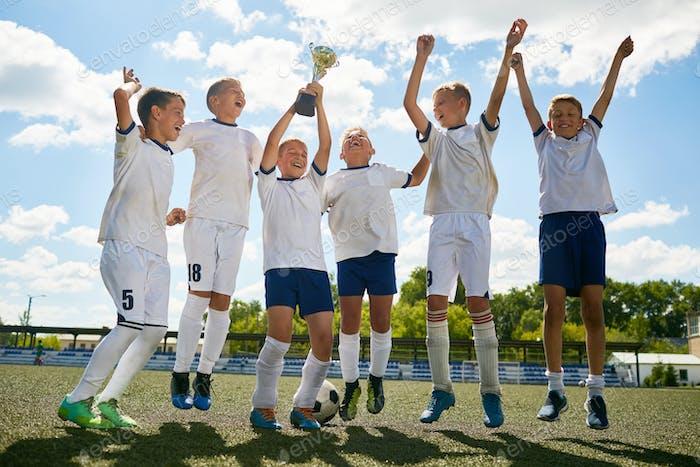 Junior-Fußballmannschaft feiert den Sieg