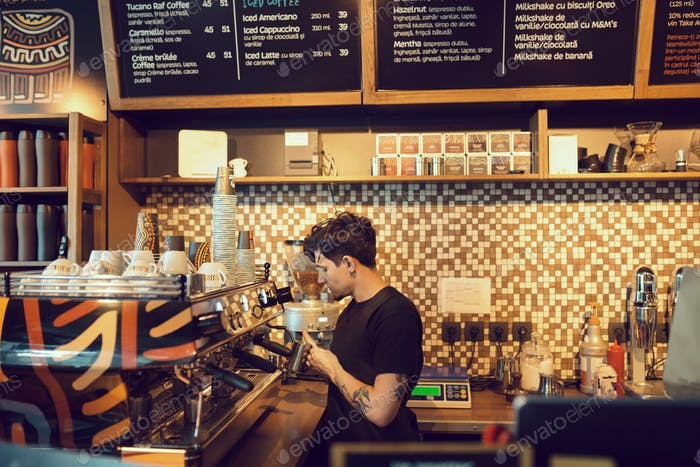 Barista bei der Arbeit in einem Café