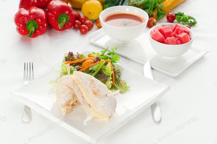 Thunfisch und Käse-Sandwich mit Salat