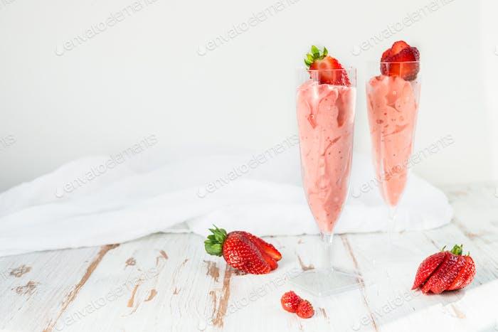 Hausgemachtes Erdbeereis serviert in zwei Flöten