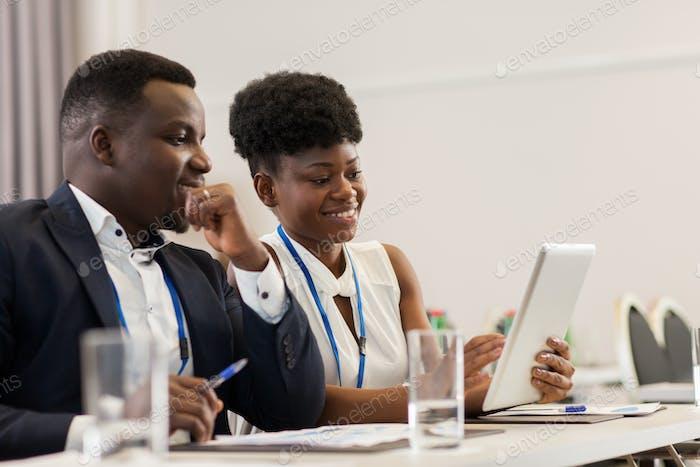 Equipo con Tablet PC en conferencia Negocios