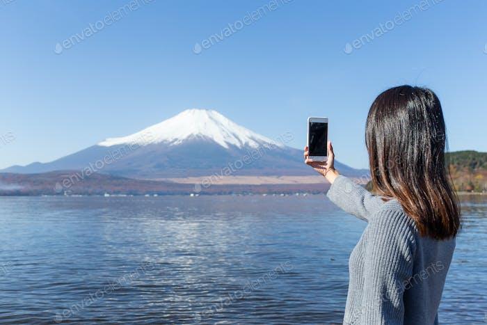 Frau fotografieren von Berg Fuji