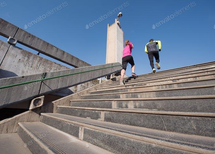 junges Paar joggen auf Stufen