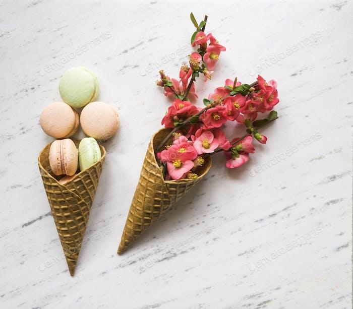 Colorido macaron y flores en cono Hielo sobre mármol backgro