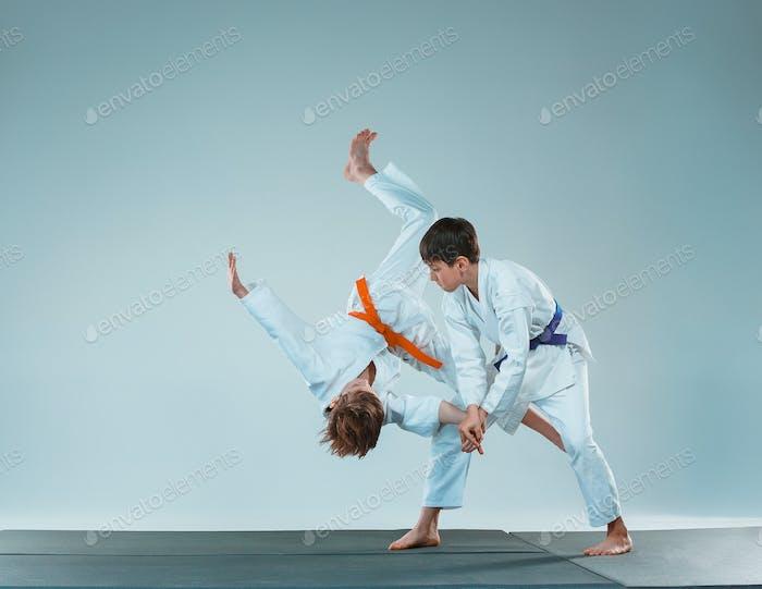 Die beiden Jungs kämpfen