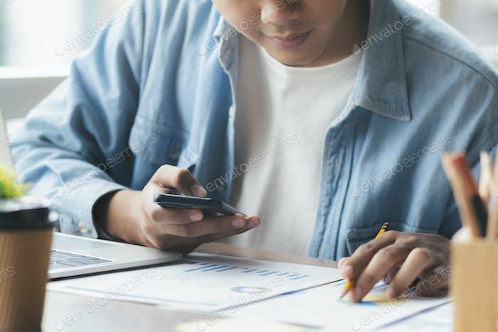 Empresario analizar los datos de marketing de inversión.