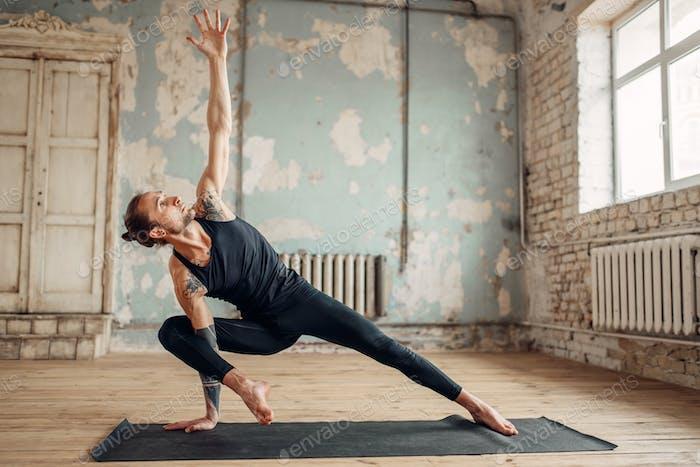 Yoga-Training im Studio mit Grunge Interieur