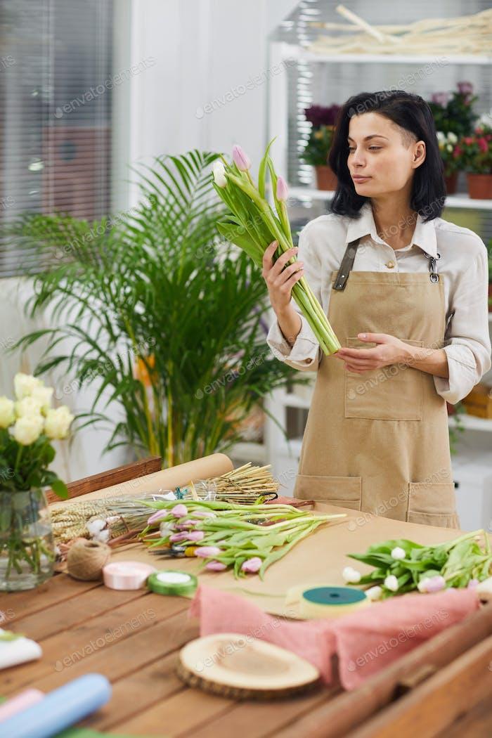 Mujer en floristería