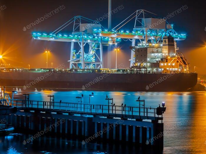 Schiff Entladung Kohle in einem Hafen