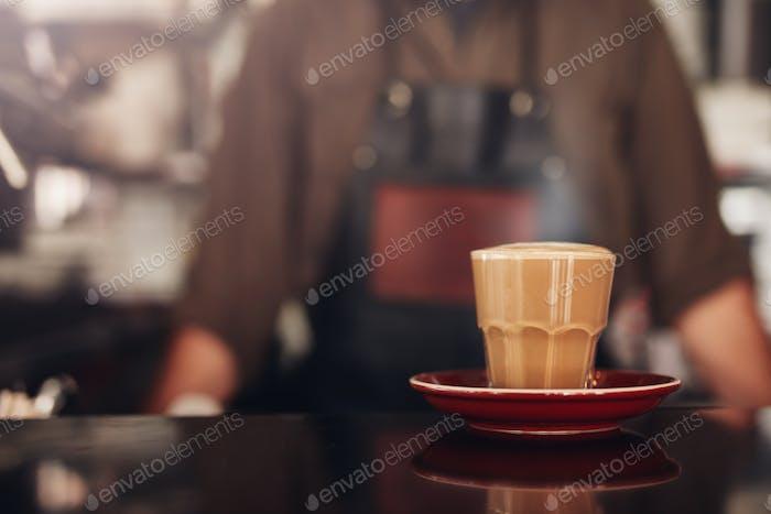 Kaffeetasse mit Untertasse auf Cafétheke
