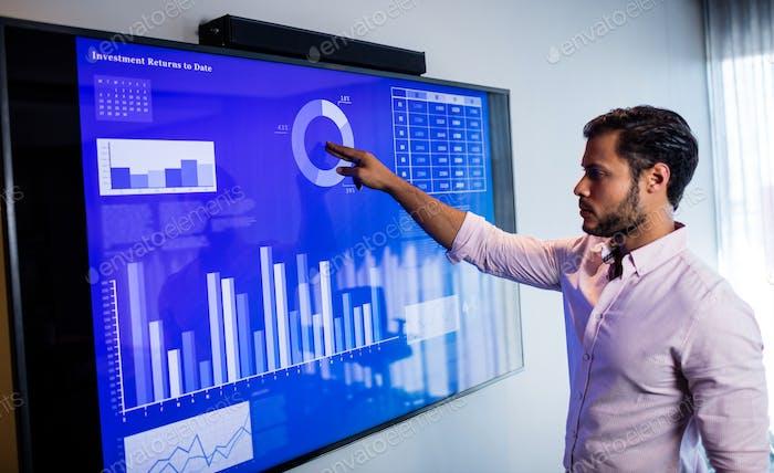 Бизнесмен анализирует данные с сенсорным экраном