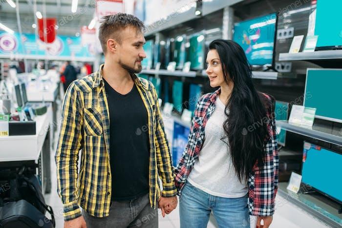 Junges Paar Wahl Elektroeisen im Supermarkt