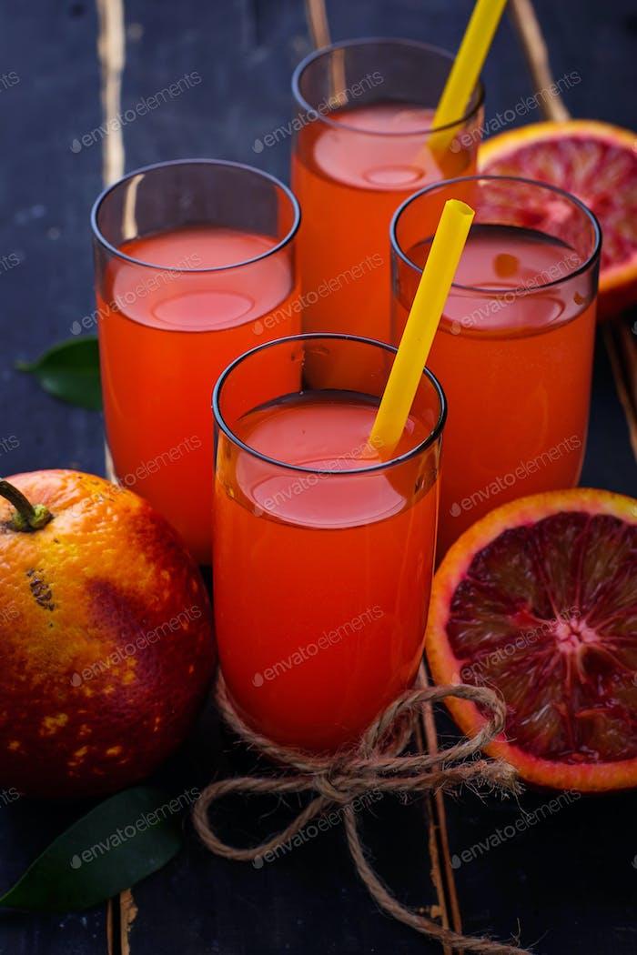Gläser frischen Blutorangensaft