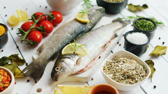 Gewürze und Tomaten rund um Fisch