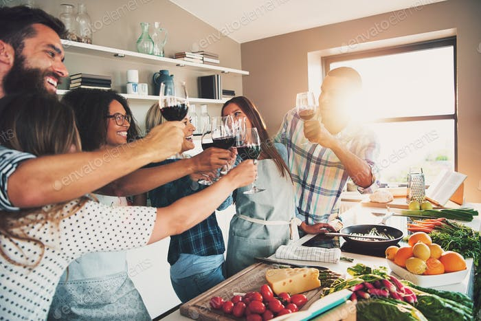 Menschen Toast Weingläser an der Küchentheke
