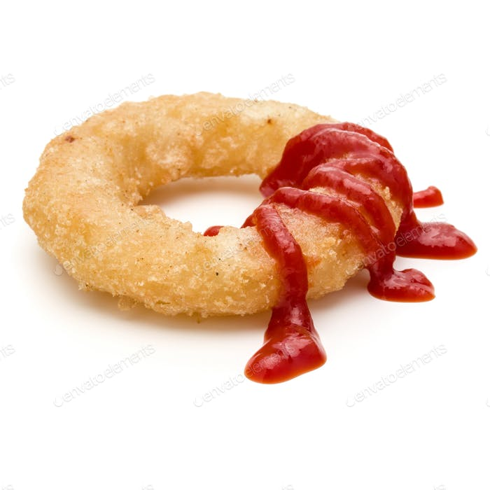 Knusprig tief gebratene Zwiebel oder Calamari Ring mit Ketchup isoliert auf weißem Hintergrund