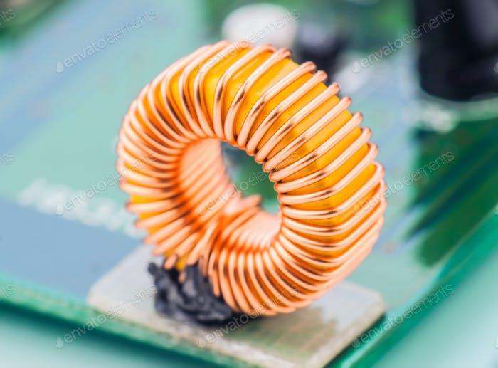 Mikrospule montiert auf elektronisch Leiterplatte