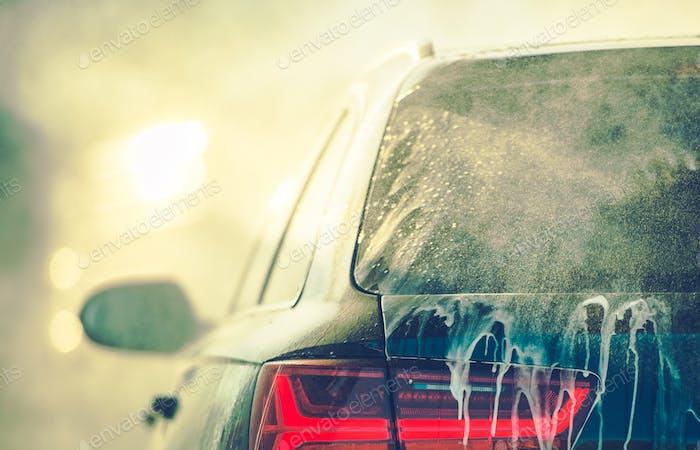 Reinigung des Fahrzeugs in der Autowäsche